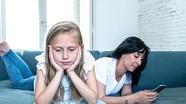Cha mẹ nghiện điện thoại, con dễ hư