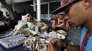 Người dân Venezuela dùng tiền giấy gấp đồ thủ công đem bán