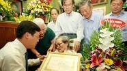 Trao tặng huy hiệu 70 năm tuổi Đảng cho nhà văn, nhà báo Sơn Tùng