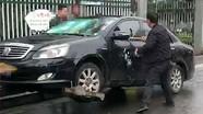 Bị phạt nhiều lỗi vi phạm giao thông, chủ xe lấy búa phá xế hộp