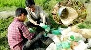 'Tuyệt chiêu' cao thủ dùng chai nhựa bắt cáy, kiếm tiền triệu mỗi ngày