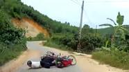 Thoát chết hy hữu khi ngã xe máy trước đầu ô tô ở khúc cua