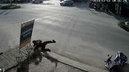 Cảnh sát cơ động ngã lộn nhào như phim khi bị cô gái chạy xe đạp điện cắt mặt