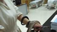 Cô gái mang theo con rắn cắn mình vào bệnh viện khám