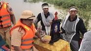 Cảnh sát giao thông dùng canô giúp dân đưa tang chạy lũ