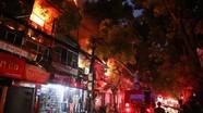 Cháy gần Viện Nhi, nhiều người bế trẻ sơ sinh chạy khỏi biển lửa