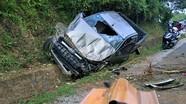 Tài xế tử vong khi lái ôtô bán tải đâm vào vách núi