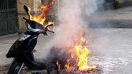 Xe máy bốc cháy ngùn ngụt trước cổng trường học ở TP Vinh