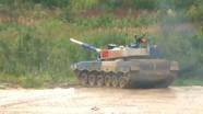Xe tăng Trung Quốc suýt văng khỏi đường đua tại Nga