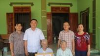Tân Kỳ trao Huy hiệu 70 năm tuổi Đảng cho đảng viên