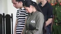 Người mẹ trẻ đi nhận án tù khi vừa qua cữ sinh, ngực áo đẫm sữa
