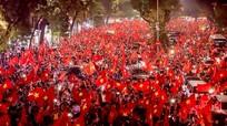 Cờ, áo cổ vũ U23 Việt Nam bán chạy trước trận chung kết lịch sử