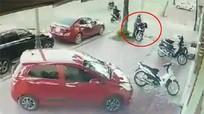 Hai kẻ bịt mặt phá khóa xe SH trước quán cà phê