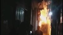Tưới xăng đốt nhà bố vợ lúc nửa đêm, 2 người bỏng nặng