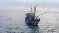 Lai dắt tàu cá cùng 18 ngư dân Nghệ An vào bờ an toàn