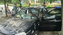 Nam thanh niên cầm gạch phá ô tô trước mặt chủ xe