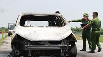 Nữ tài xế tháo chạy khỏi ôtô 5 chỗ bốc cháy