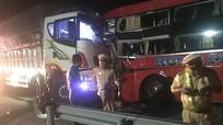 Xe khách Nghệ An lao đầu vào ô tô tải, tài xế tử vong, hơn 10 người nhập viện