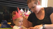 Người mẹ từ chối xạ trị ung thư để cứu song thai