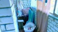 Mẹ trẻ nhốt con sơ sinh ngoài ban công lạnh giá để dọa chồng cũ