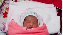 Tìm người thân cho bé gái 1 ngày tuổi bị bỏ rơi trước cổng nhà dân ở Nghệ An