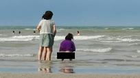 Malaysia điều tra vụ khách nước ngoài đại tiện trên bãi tắm