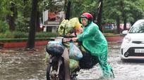 Nhiều tuyến đường ở thành phố Vinh ngập nặng, ùn tắc vì mưa lớn