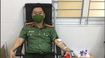 Nghệ An: Nguồn máu dự trữ cạn kiệt, nhiều người vừa làm nhiệm vụ tuyến đầu vừa đi hiến máu