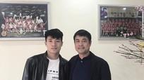 """""""Mồng 3 Tết thầy"""", trung vệ Bùi Tiến Dũng đến thăm HLV Hữu Thắng"""