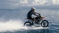 Người đàn ông lái xe máy chạy phăng phăng trên mặt nước
