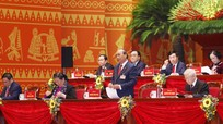 Đại hội XIII của Đảng làm việc tại hội trường, thảo luận các văn kiện