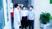 Thường trực Tỉnh ủy kiểm tra công tác phòng, chống dịch Covid -19, tặng quà một số đơn vị Y tế