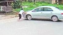 Camera quay cảnh bé gái chặn đầu xe ô tô đang chạy để đòi tiền cướp thùng bia