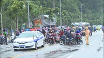 Lực lượng chức năng Nghệ An túc trực 24/7 đón hàng nghìn công dân đi xe máy về quê tránh dịch