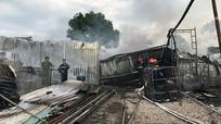 Kho chứa vải vụn trong khu dân cư bốc cháy ngùn ngụt