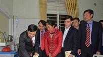 Chủ tịch UBND tỉnh thăm, động viên bệnh nhân đón Giao thừa trong bệnh viện