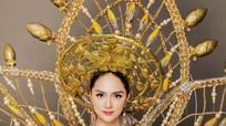 Hương Giang lấn át dàn thí sinh trong phần thi trang phục dân tộc
