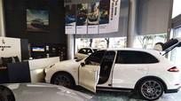 Mua xe sang bị thiếu 'option', khách hàng lái Porsche đâm vào đại lý