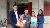 Báo Nghệ An tặng quà Tết nguyên Tổng biên tập báo đã nghỉ hưu