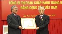 Tổng Bí thư Nguyễn Phú Trọng nhận Huy hiệu 50 tuổi Đảng