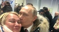 Putin hôn người hâm mộ nữ