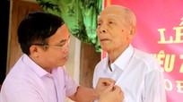 Trao Huy hiệu 70 năm tuổi Đảng cho đảng viên ở Đô Lương