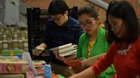 Du học sinh tại Mỹ gửi sách về quê dịp Tết