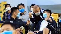 Ông Park rửa tay, đeo khẩu trang trước khi tiếp xúc Đình Trọng, Thành Chung; Đề nghị hoãn EURO