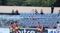 HL Hà Tĩnh tạo nên 'cú sốc' trên sân Tam Kỳ; Khác Real, Barca đá vào giờ 'siêu xấu'