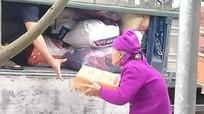 Xúc động hình ảnh cụ bà 93 tuổi ở Nghệ An gửi thùng mì tôm ủng hộ đồng bào bị lũ lụt