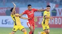 HLV Trương Việt Hoàng cho rằng Viettel thua do vắng thủ lĩnh; Thêm một HLV chê mặt sân ở V.League tệ