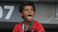 Con trai phô diễn kỹ thuật, Ronaldo cười sung sướng
