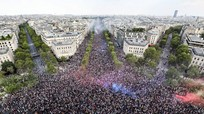 Người dân Pháp, Bỉ hân hoan ăn mừng chiến tích tại FIFA World Cup 2018