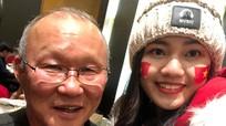 Á hậu Thanh Tú chụp ảnh với HLV Park Hang Seo, Quang Hải sau chung kết